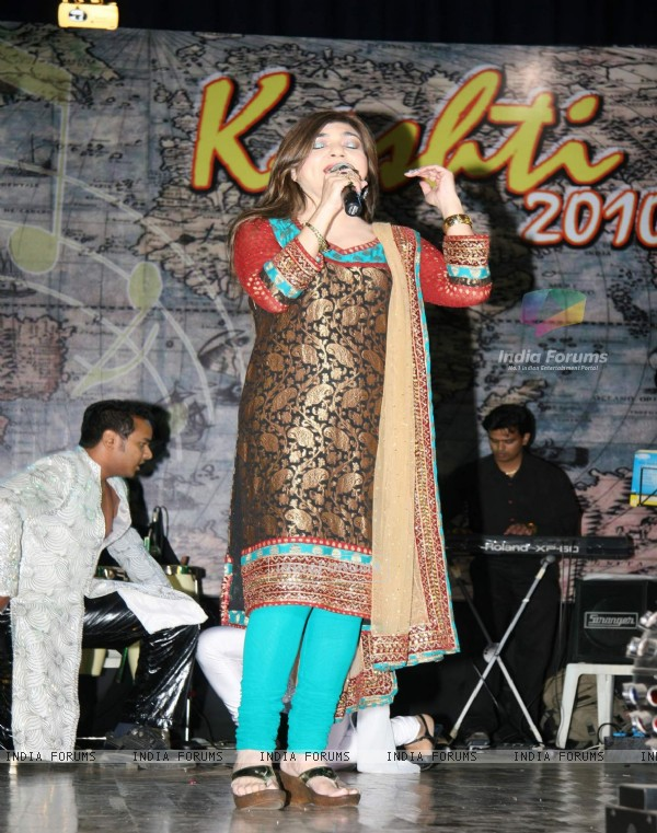 Alka Yagnik performing live at Shanmukhanand Hall