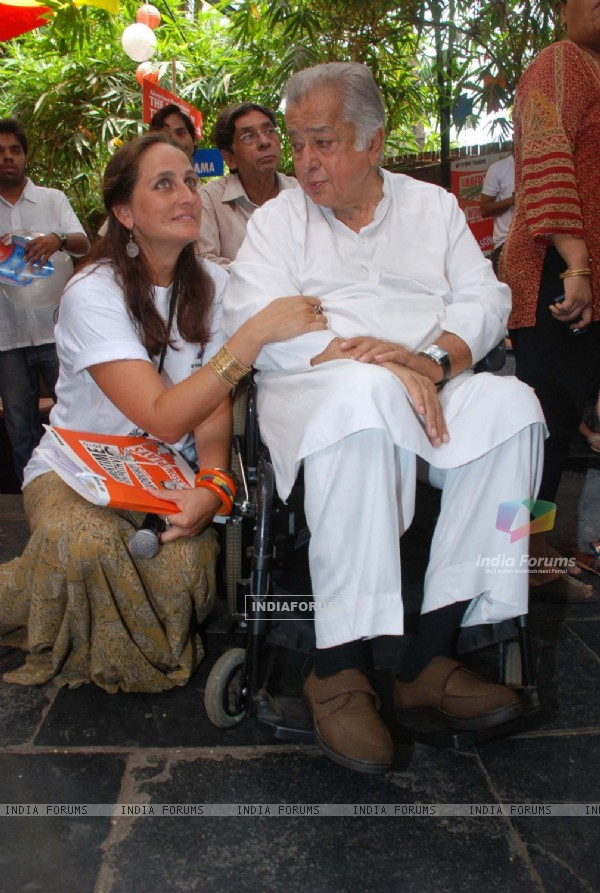 Sanjana Kapoor with Shashi Kapoor at Prithvi Summertime launch at Prithvi