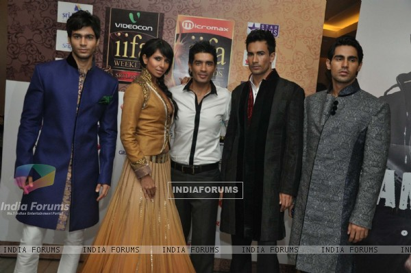 Manish Malhotra with models at IIFA cricket & Fashion Extravaganza media meet at Trident BKC