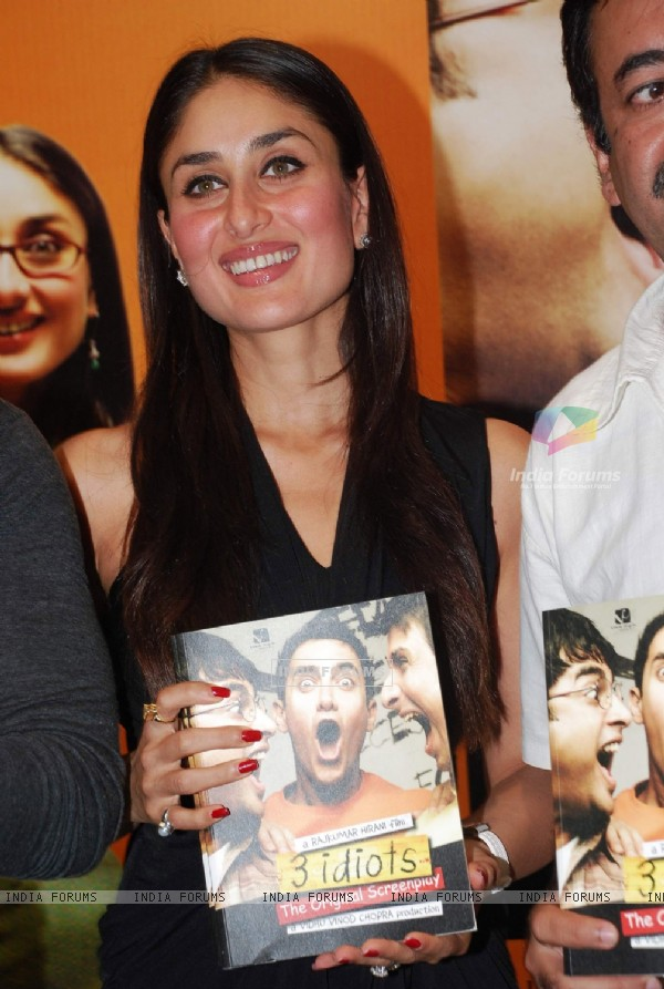 Kareena at unveils 3 idiots script book at Landmark