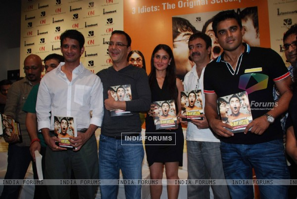 Kareena, Maddy and Sharman unveils 3 idiots script book at Landmark (88149)