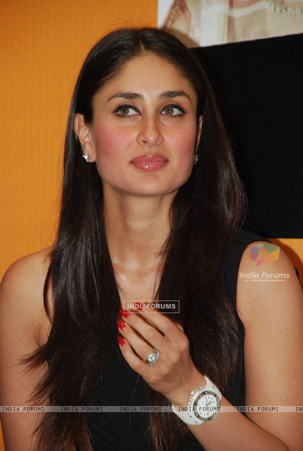 Kareena at unveils 3 idiots script book at Landmark (88150)