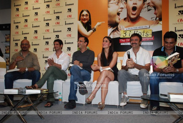 Kareena, Maddy and Sharman unveils 3 idiots script book at Landmark (88152)