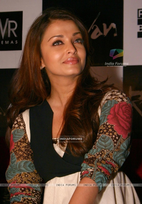 "Aishwarya Rai Bachchan strikes a pose while promoting her film ""Raavan"" in Ambience Mall, Gurgaon Sunday"