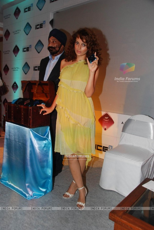 Bollywood actress Kangna Ranaut to Endorse Alcatel Ice 3 Mobile at Taj Lands End on Mumbai