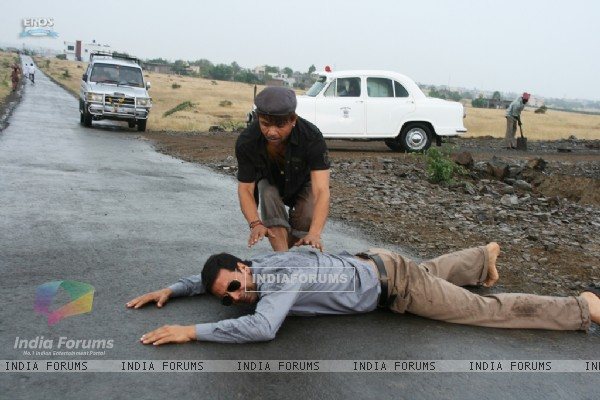 Akshay Kumar lying on the road (89514)