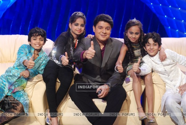 Sajid with Four finalist of chak dhoom dhoom