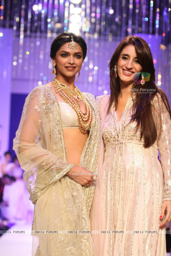 Show Stopper Deepika Padukone with Farah Khan Ali''s in India International Jewellary Week on Day 1