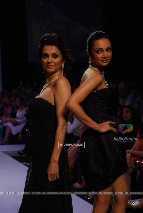 Mirari & Sons with Lilette and Ira Dubey created jewellery magic on the catwalk at the opening show of India International jewellery week with eyecatching creations