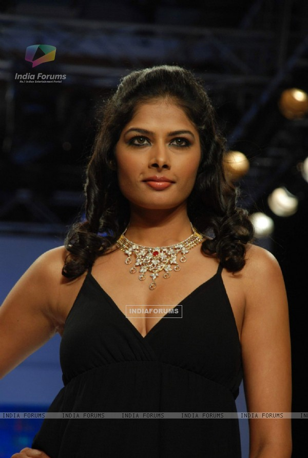 Model on the ramp at Sangam Chain show at the India International Jewellery Week on Day 2