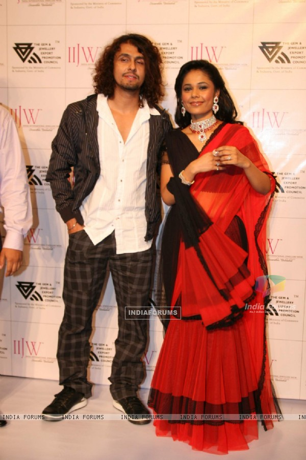 Sonu Nigam and a model on the ramp at Surana show at the India International Jewellery Week on Day 4