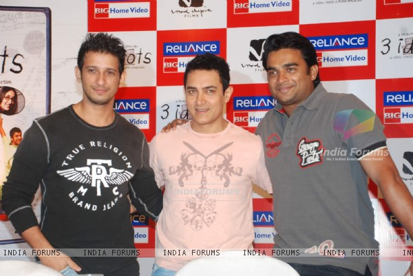 Aamir, Sharman and R. Madhavan at 3 Idiots DVD launch at Grand Hyatt (95580)