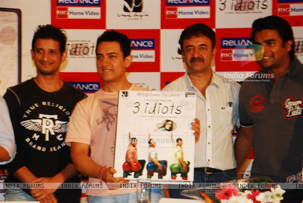 Aamir, Sharman, Rajkumar Hirani and R. Madhavan at 3 Idiots DVD launch at Grand Hyatt (95581)