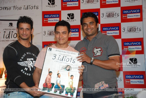 Aamir, Sharman and R. Madhavan at 3 Idiots DVD launch at Grand Hyatt (95582)