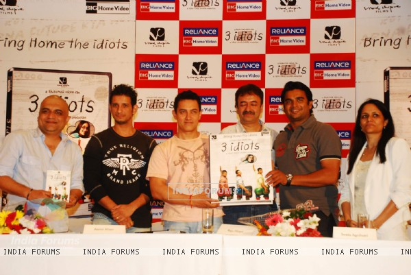 Aamir, Sharman, Rajkumar Hirani and R. Madhavan at 3 Idiots DVD launch at Grand Hyatt (95584)