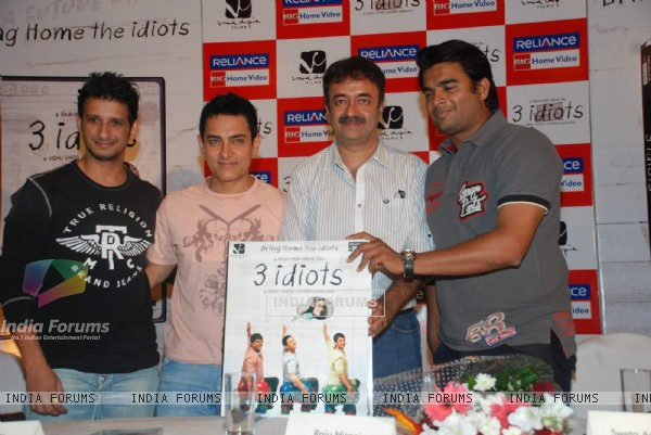 Aamir, Sharman, Rajkumar Hirani and R. Madhavan at 3 Idiots DVD launch at Grand Hyatt (95587)