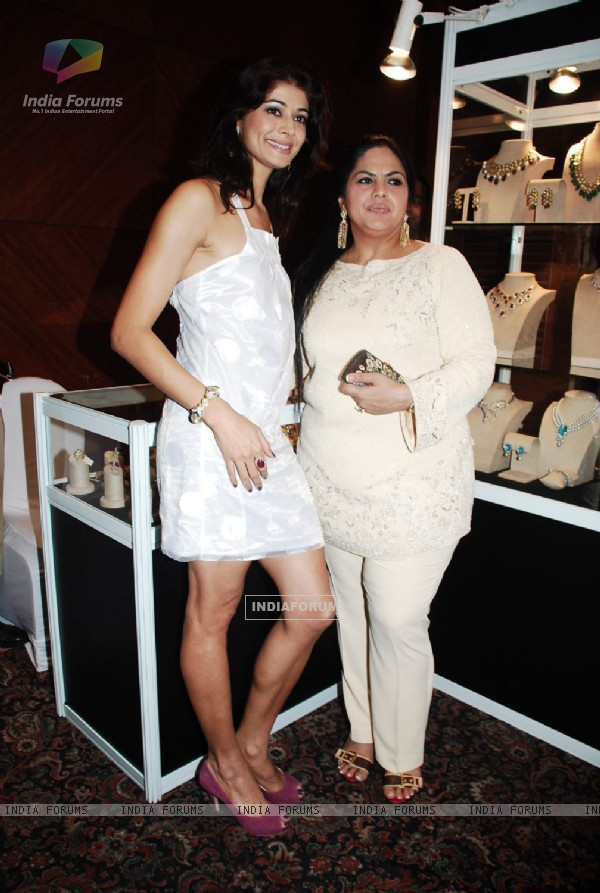 Pooja Batra at Annu Chadda exhibition co hosted by Kiran Bawa at JW Marriott