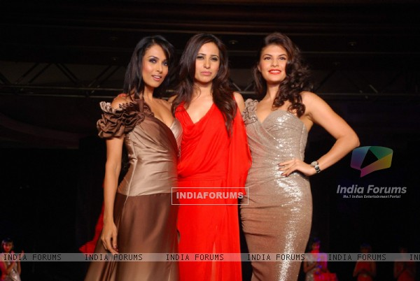 Malaika Arora Khan and Jacqueline Fernandez with designer Mandira Wirk at Benders day 2 at Taj Land's End