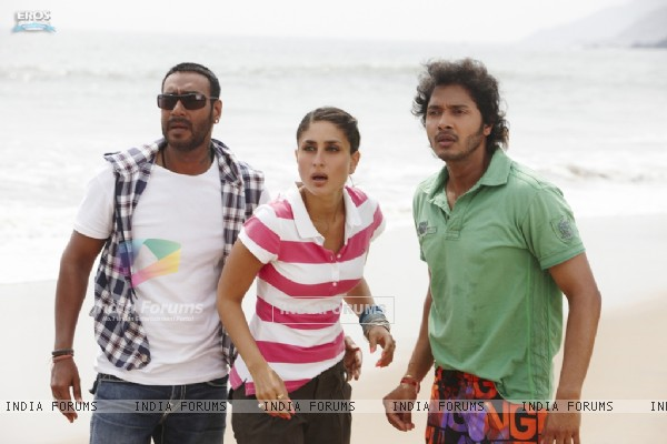 Ajay, Kareena and Shreyas looking shocked (97376)