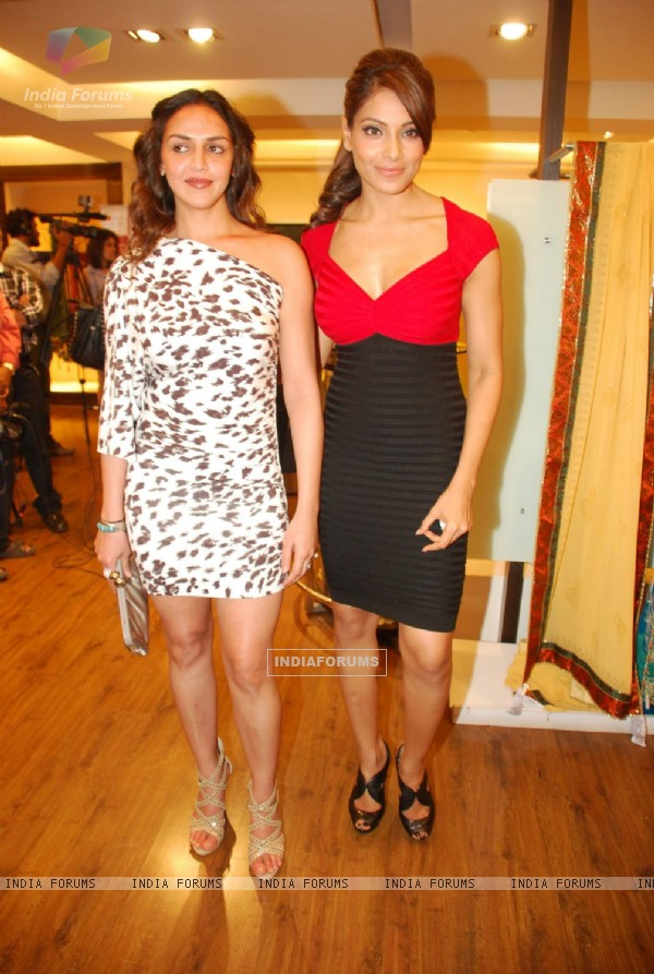 Esha Deol and Bipasha Basu at Rocky S Aza collection launch at Aza