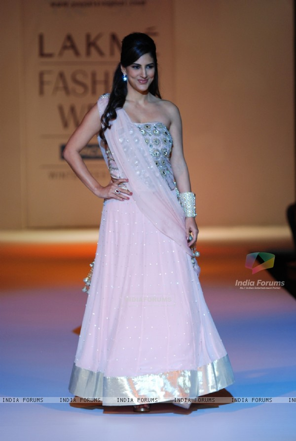 Parizad Kolha walk the ramp for Payal Singhal's creation at Lakme Fashion Week