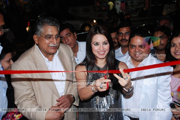 Mahima Chaudhary launch The Great Nawabs restaurant at Lokahndwala market