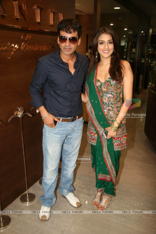 Aarti Chabbria and Manoj Bajpai promote 'Dus Tola' film at Gitanjali store at Atria Mall