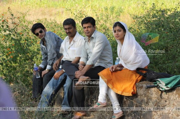 Sid Makkad, Manoj Bajpayee, Vivan Bhathena & debutant Pallavi Sharda on sets of Dus Tola (99595)