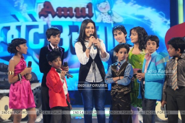 Sunidhi Chauhan with kids on Chotte Ustaad