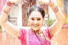 Disha Wakhani plays garba in the rain!