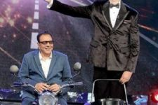 Big B, Dharmendra recreate 'Sholay' magic on a TV show!