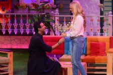 Wasim Akram proposes to wife on TV !