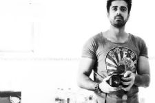 What makes Avinash Sachdev a stand-out artist?