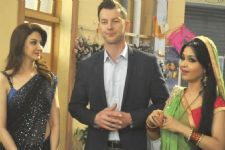 Brett Lee gets Hindi lessons on TV show set