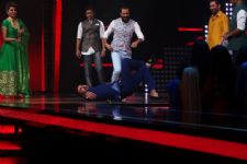 Neeti Mohan's dancing challenge to Riteish Deshmukh, Shekhar and Shaan!