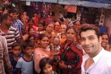 Ssharad Malhotra celebrates Women's day at a red light area!