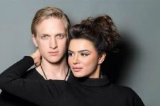 Aashka Goradia - Brent Goble give us some serious HOT Couple goals