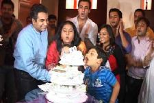 Mrs. Kaushik Ki Paanch Bahuein team celebrates ...