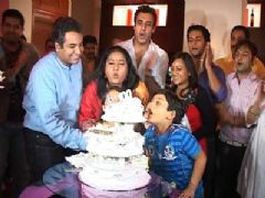 Mrs. Kaushik Ki Paanch Bahuein team celebrates completion of 100 Episodes