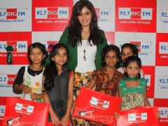 Pooja Chopra lights up diwali for Project Crayons girls at 92.7 BIG FM