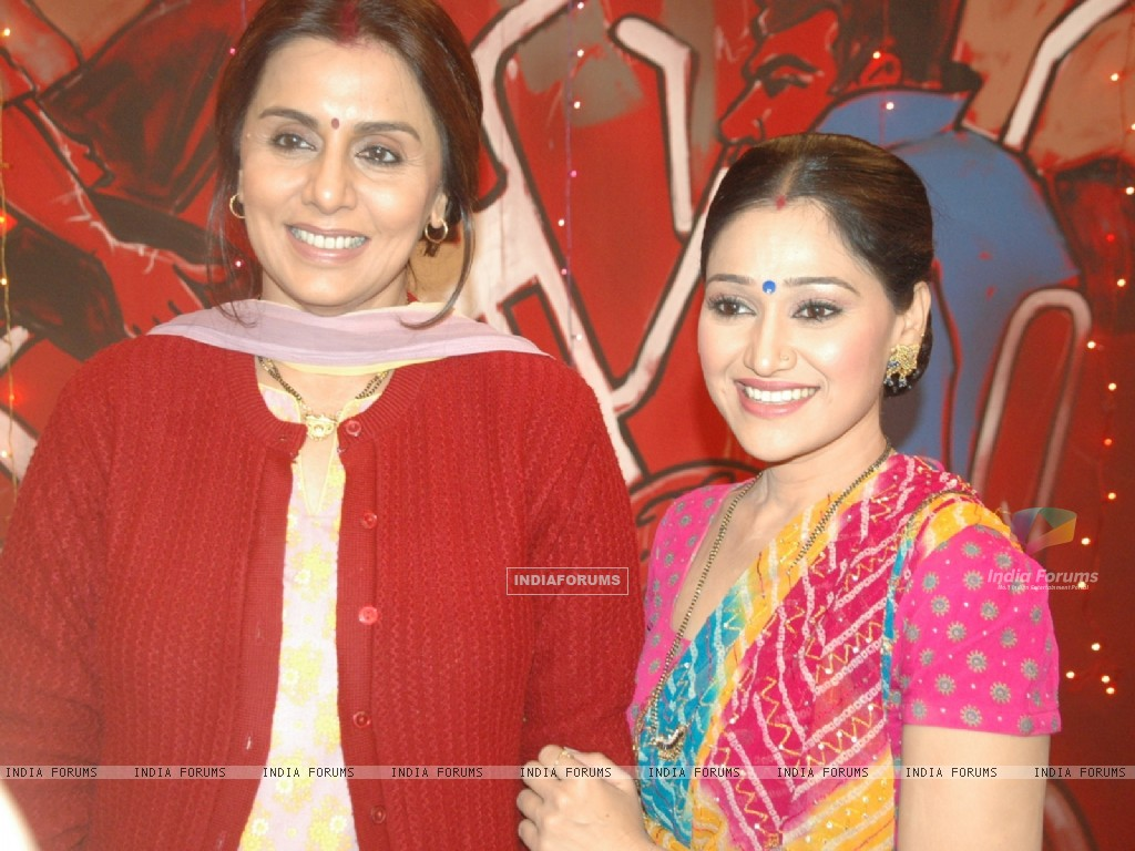 Neetu Kapoor & Disha Vakhani on the sets of Taarak Mehta Ka Ooltha Chashma (100482) size:1024x768