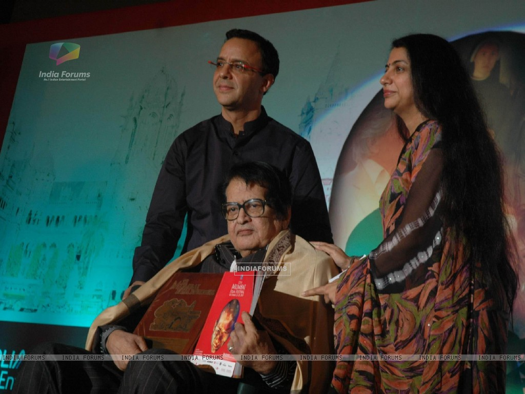 Manoj Kumar and Vidhu Vinod Chopra at Mami Closing ceremony at Chandan Cinema (104691) size:1024x768