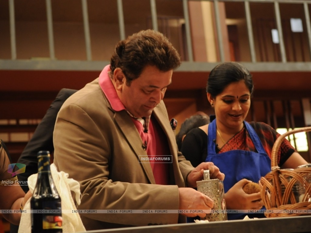Rishi Kapoor helping contestant on tv show Master Chef India (108115) size:1024x768