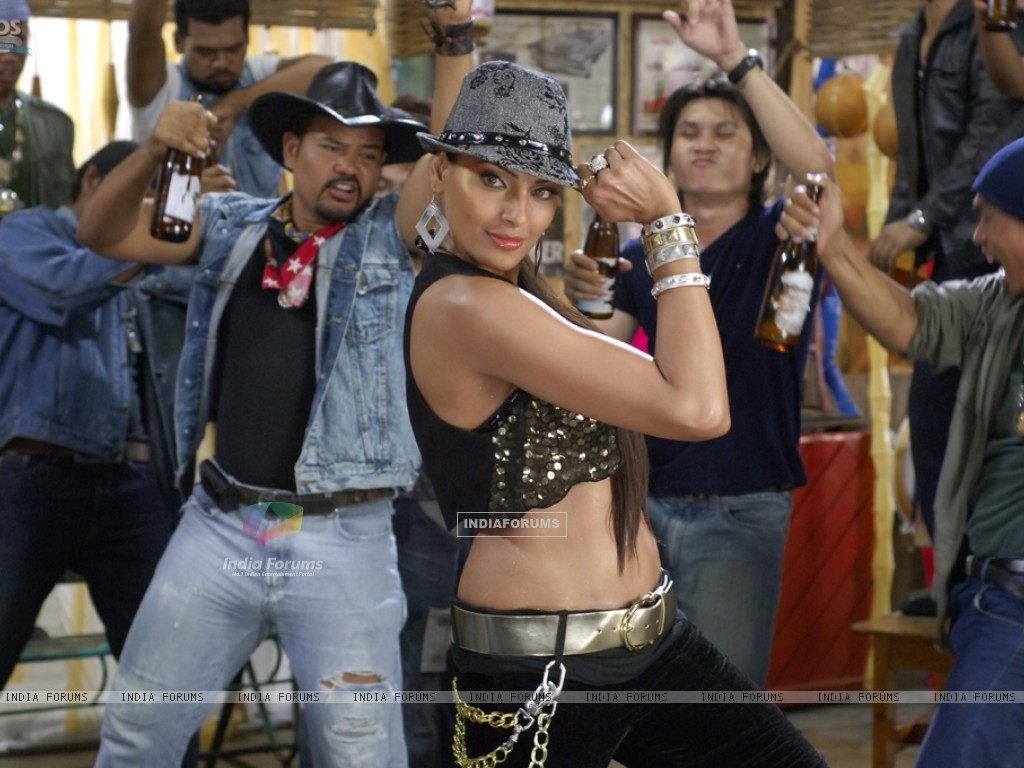 Bipasha dancing on the song (11161) size:1024x768