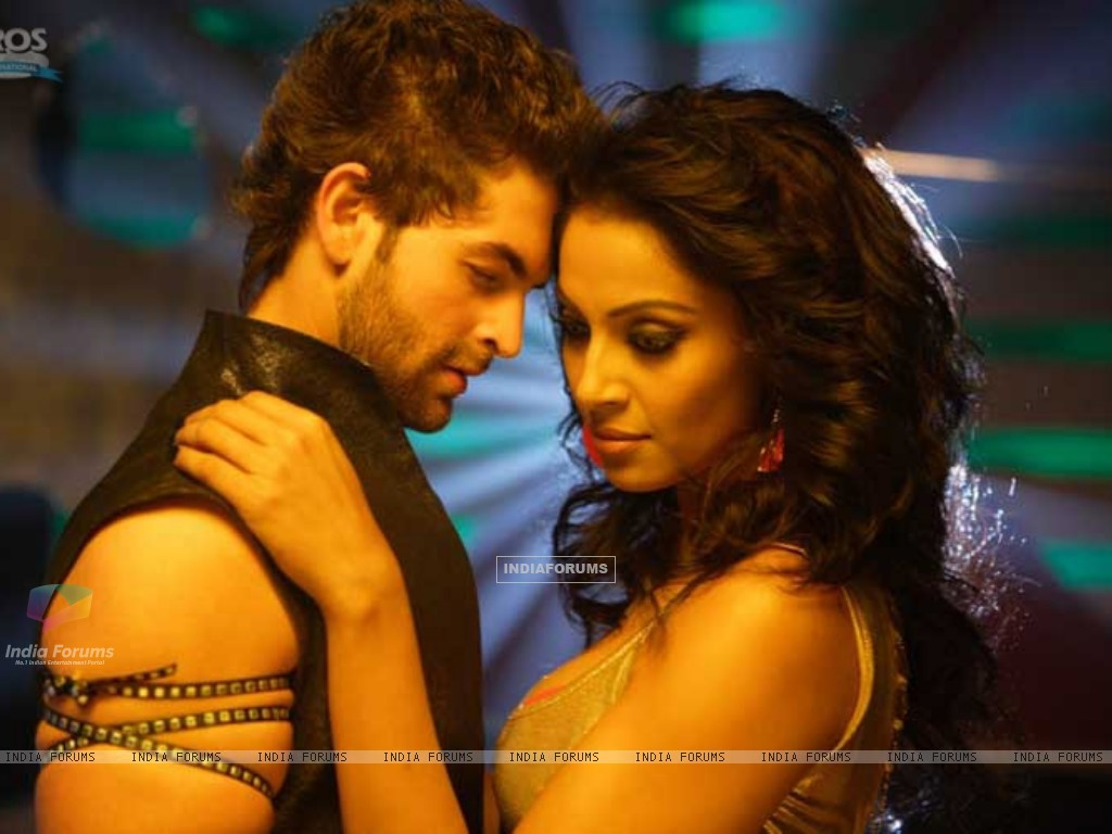 Neil and Bipasha romantic scene (11247) size:1024x768