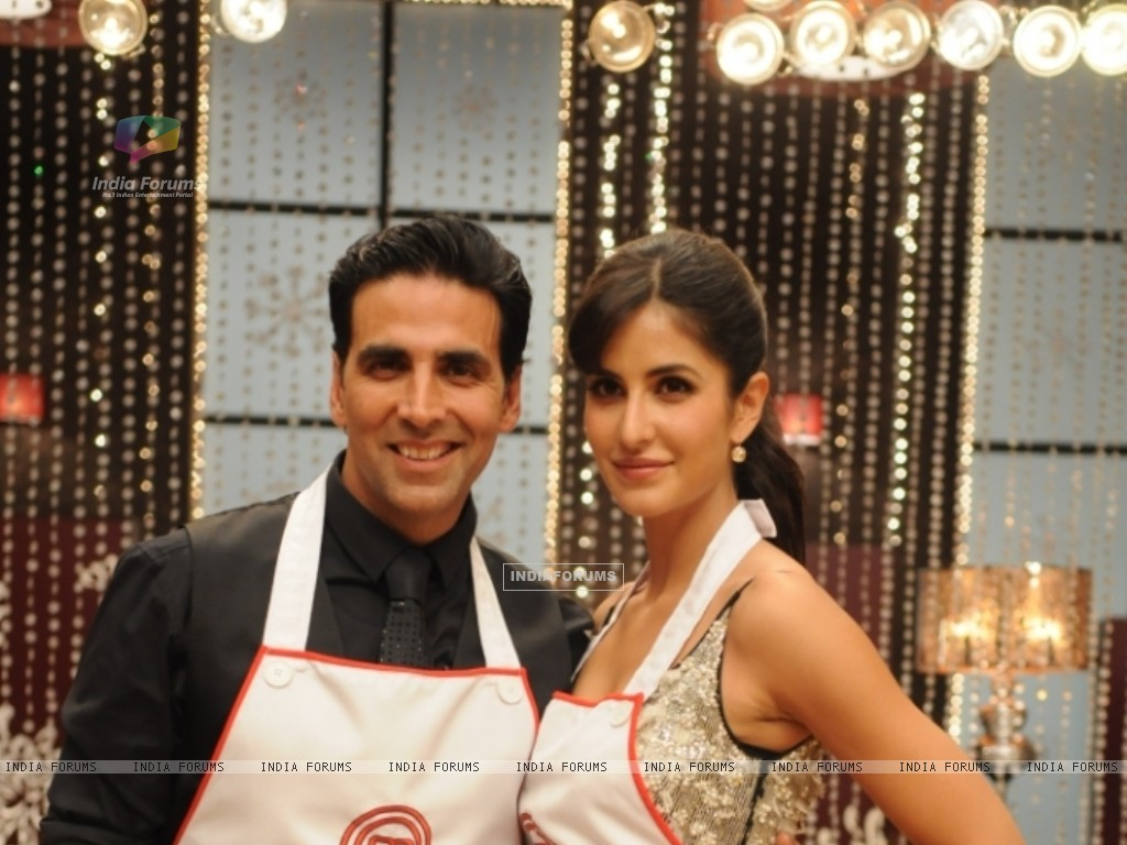 Katrina Kaif along with Akshay Kumar on Master Chef India set (113292) size:1024x768