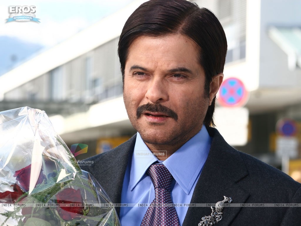 Handsome Anil Kapoor with red roses (12324) size:1024x768