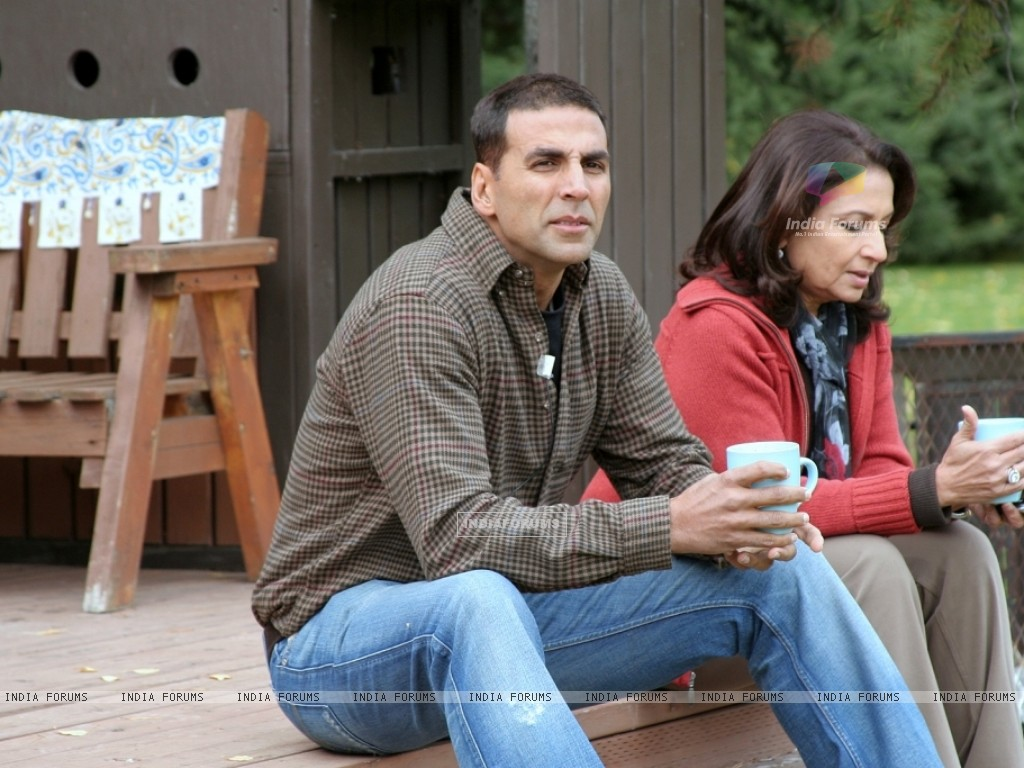 Akshay having a cup of coffee with Sharmila Tagore (12397) size:1024x768