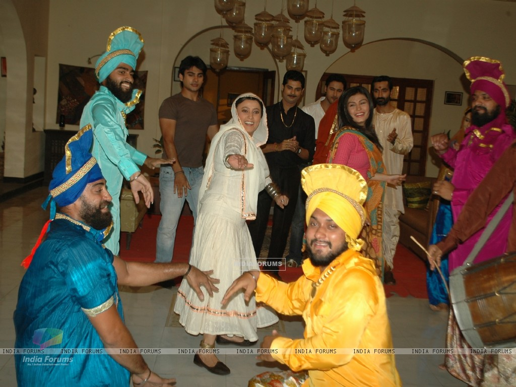 Baisakhi celebration on the sets of Na Aana Is Desh Laado (130058) size:1024x768