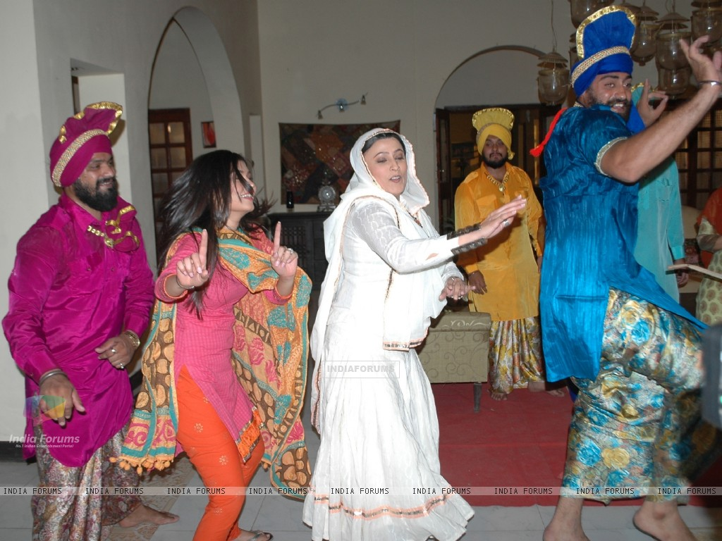 Baisakhi celebration on the sets of Na Aana Is Desh Laado (130059) size:1024x768